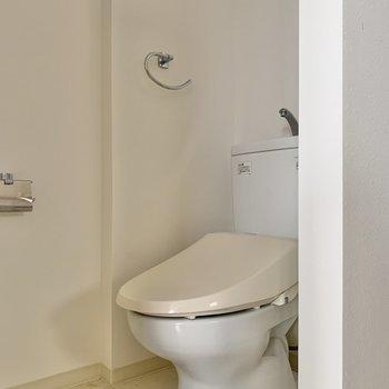 温水洗浄便座付きのトイレ。※写真は2階の同間取り別部屋のものです