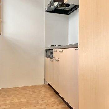 続いてはキッチンスペース。※写真は2階の同間取り別部屋のものです