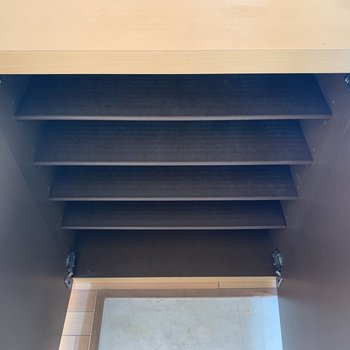 1段に3足ほど置けそう。※写真は2階の同間取り別部屋のものです