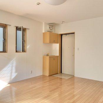 シンプルな内装で落ち着くなぁ。※写真は2階の同間取り別部屋のものです