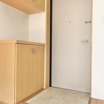 フラットな玄関。※写真は2階の同間取り別部屋のものです