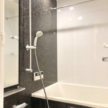 ブラックのクールな浴室です。※写真はクリーニング前のものです