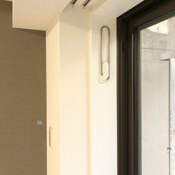 窓には室内干し用の物干し竿受けがついています。