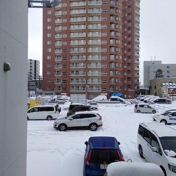 リビング窓からの景色。目の前は駐車場なので開放感はあるよ〜
