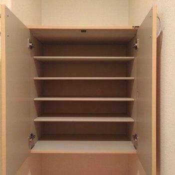 シューズボックスはフロートタイプ。下にスペースがあるので、靴以外も置けちゃいます