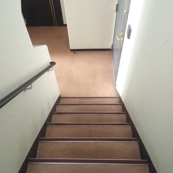 階段は少し急なので降りるときは気をつけましょう