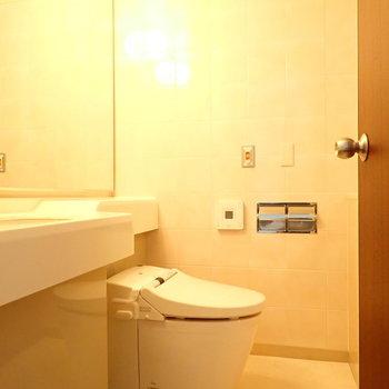 ウォシュレット付きでスマートな見た目のトイレ。