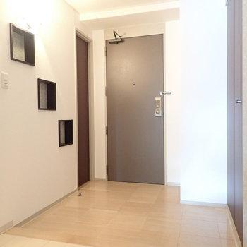 玄関には小物を置けるスペースが壁にありますね。