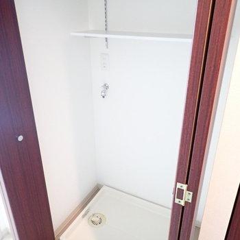 洗濯機が隠れていました!上には洗剤置き場が。