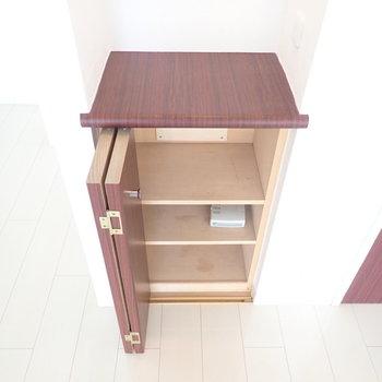 リビングの小さな棚です。本やDVDなどを。