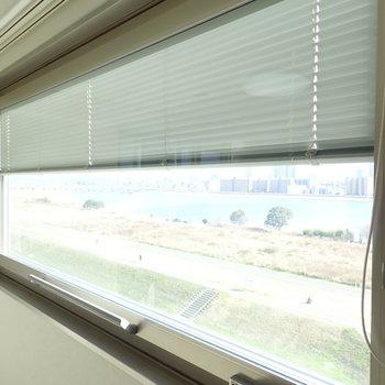 窓はブラインドも下げられますよ。