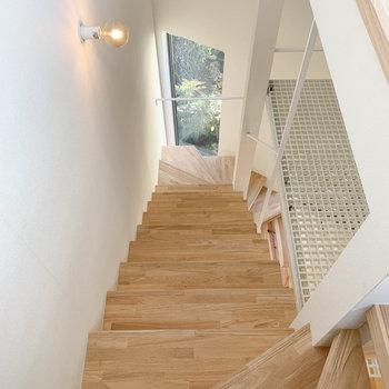 3階から2階へ向かう階段。途中、右手にロフトがあります。