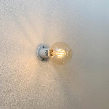 お部屋の各場所に電球照明があしらわれています。