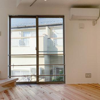 【2F】窓辺は南東向き。エアコン下にテレビのアンテナ。