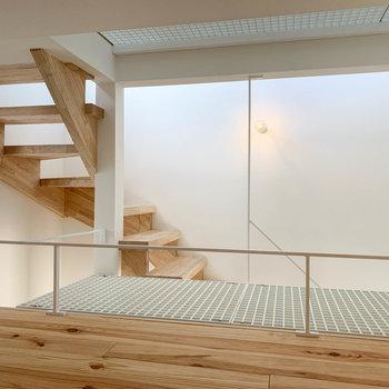 【ロフト】ロフトの奥側から階段を見ると。秘密基地感がありますね。