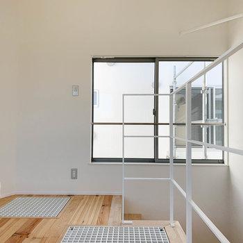 【3F】クルッと振り返って。階段側の窓は共用部に面しています。