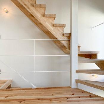 【2F】階段の木の質感。