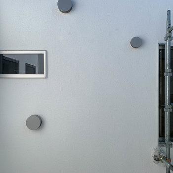 逆側の窓からの眺望は、共用部です。