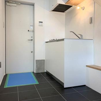 【1F】1階は土間スペース。玄関横にキッチンがあります。