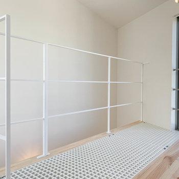 【3F】階段側には手すり。床の一部が〈グレーチング〉という、網網になっています。