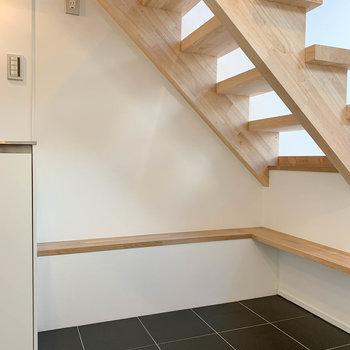 【1F】階段下に冷蔵庫置き場。ちょっとしたベンチにもなってました。