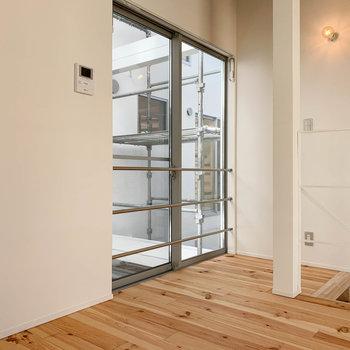 【2F】階段側にも窓と、ドアモニター。