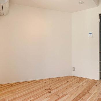 【2F】窓から右側。このあたりにテーブルや小さめのソファかな。