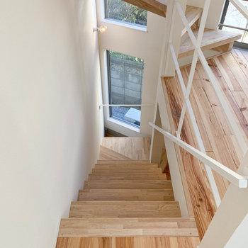 さらに階段を降りて、1階へ。