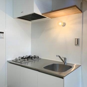 【1F】キッチンは二口ガス。っ作業スペースもしっかりとあります。