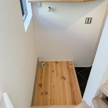 階段降りて突き当たりに、洗濯機置き場があります。