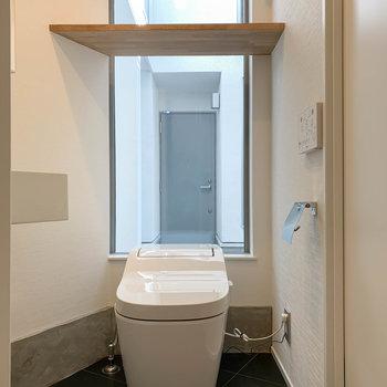 【1F】トイレの後ろに窓。カーテンは取り付けられるのでご安心を。