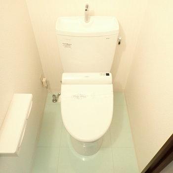 トイレも床が爽やかです。