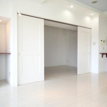 おとなりの洋室は寝室によさそう。そして棚があります。