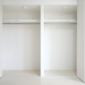 洋室9帖】壁には大きな収納。何着かけられるでしょうか