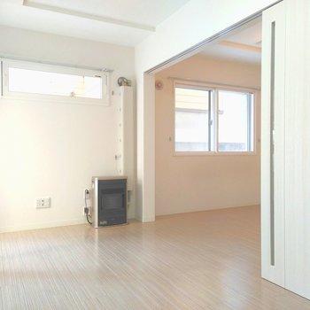 リビングと洋室の扉を開けると、まるで1部屋のような開放感を感じられる