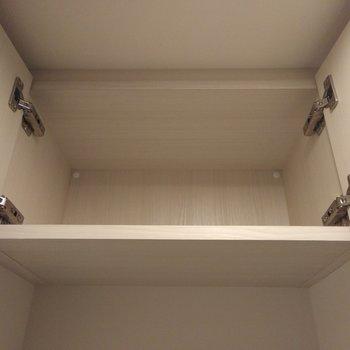 トイレの上部。嬉しい扉付きの収納発見