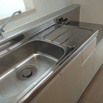 キッチンはシンプル。レバー式水栓で温度調整ラクラク
