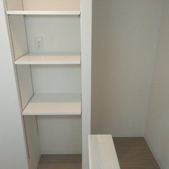 キッチン裏には、コンセント付きの棚と冷蔵庫用のスペースがあり。新しくラックを置く必要なし!