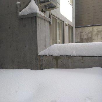 庇がないので洗濯物を干すときは天気に気をつけて!雪も積もるので、石像でもつくりましょうか!