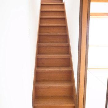 和室の前に、上の階への階段が。ちょっと急ですし天井にも注意!