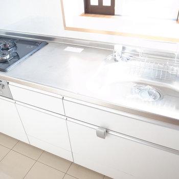 【6F/LDK】使い勝手のいいシステムキッチン。カウンターからお部屋がよく見えます。
