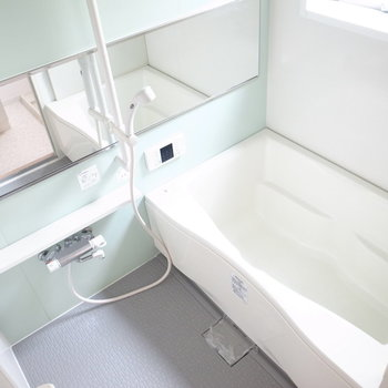 ゆったりした、優しい色合いのお風呂です!小窓つきで明るさがあります。