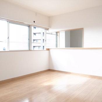 【6F/LDK】一面窓なので光がたっぷり入ってきます!キッチンはカウンター式です。