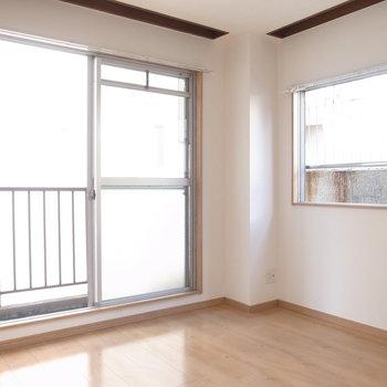 【6F/洋室4.6帖】サニタリーのならびにある、収納無しのコンパクトなお部屋。
