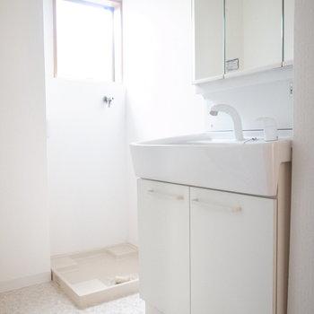 洗面脱衣所はコンパクト。小窓がついていてジメジメしにくいのがいいですね。