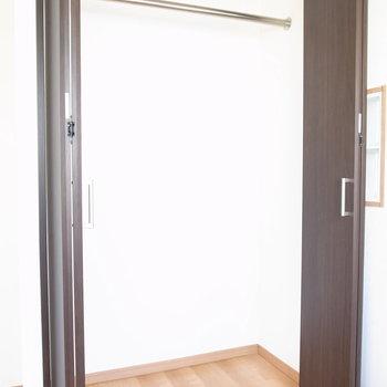 【7F/洋室5.5帖】ハンガーポールつきのクローゼットです!