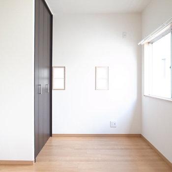 【7F/洋室5.5帖】こちらは正面のお部屋。さりげない小窓が可愛らしいです。
