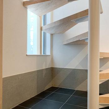 【1F】階段下のスペースにも、ちょっとした棚など置けそう。