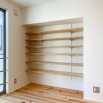 【2F】高さの変えられる棚。本棚としてもいいサイズ感。