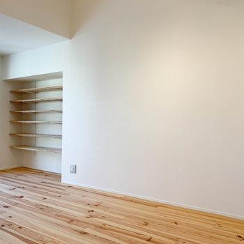 【2F】逆側の壁沿いには棚があります。